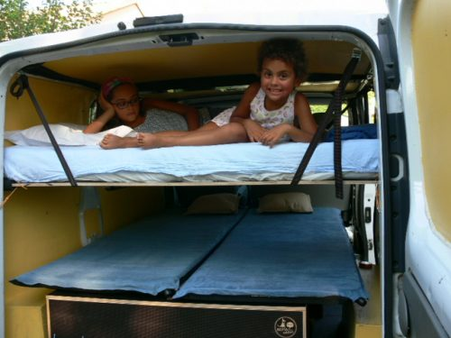 Les kit Nomad Addict permettent de transformer et aménager votre véhicule voiture ou fourgon en mini camping-car. C'est la solution idéale pour installer un lit, camper et dormir dans sa voiture ou son fourgon aménagé. Nos kits de camping pour voiture sont entièrement amovibles en quelques minutes. Kit Duo ici dans un Trafic avec un lit enfant
