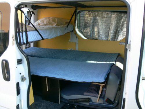 Les kit Nomad Addict permettent de transformer et aménager votre véhicule voiture ou fourgon en mini camping-car. C'est la solution idéale pour installer un lit, camper et dormir dans sa voiture ou son fourgon aménagé. Nos kits de camping pour voiture sont entièrement amovibles en quelques minutes. Le Kit Duo ici dans un Trafic avec un lit enfant