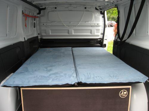 Les kit Nomad Addict permettent de transformer et aménager votre véhicule voiture ou fourgon en mini camping-car. C'est la solution idéale pour installer un lit, camper et dormir dans sa voiture ou son fourgon aménagé. Nos kits de camping pour voiture sont entièrement amovibles en quelques minutes. sa voiture , son fourgon, son camion par Nomad-Addict : Le Kit Duo ici dans un Trafic