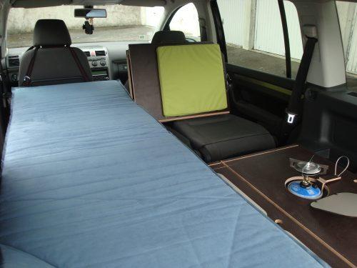 Les kit Nomad Addict permettent de transformer et aménager votre véhicule voiture ou fourgon en mini camping-car. C'est la solution idéale pour installer un lit, camper et dormir dans sa voiture ou son fourgon aménagé. Nos kits de camping pour voiture sont entièrement amovibles en quelques minutes. Kit Nomad ici dans un Volkswagen Touran