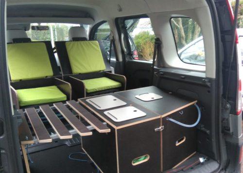 Les kit Nomad Addict permettent de transformer et aménager votre véhicule voiture ou fourgon en mini camping-car. C'est la solution idéale pour installer un lit, camper et dormir dans sa voiture ou son fourgon aménagé. Nos kits de camping pour voiture sont entièrement amovibles en quelques minutes.� Le Kit Nomad ici dans un Renault Kangoo