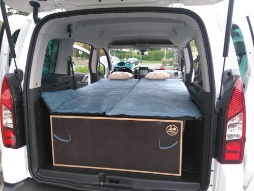 Les kit Nomad Addict permettent de transformer et aménager votre véhicule voiture ou fourgon en mini camping-car. C'est la solution idéale pour installer un lit, camper et dormir dans sa voiture ou son fourgon aménagé. Nos kits de camping pour voiture sont entièrement amovibles en quelques minutes. Le Kit Duo ici dans un Citroën Berlingo
