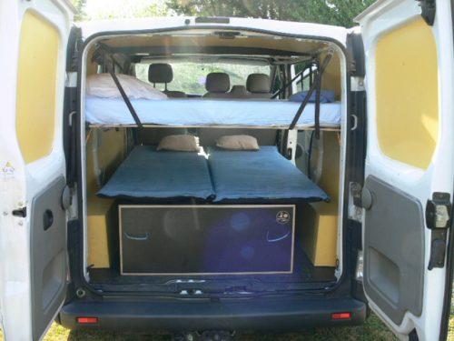 Les kit Nomad Addict permettent de transformer et aménager votre véhicule voiture ou fourgon en mini camping-car. C'est la solution idéale pour installer un lit, camper et dormir dans sa voiture ou son fourgon aménagé. Nos kits de camping pour voiture sont entièrement amovibles en quelques minutes. Le Kit Duo ici dans un Renault Trafic avec un lit enfant
