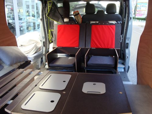 Les kit Nomad Addict permettent de transformer et aménager votre véhicule voiture ou fourgon en mini camping-car. C'est la solution idéale pour installer un lit, camper et dormir dans sa voiture ou son fourgon aménagé. Nos kits de camping pour voiture sont entièrement amovibles en quelques minutes. Le Kit Nomad ici dans un Renault Trafic