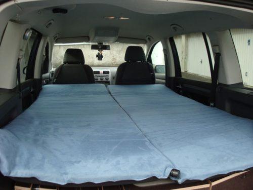 Les kit Nomad Addict permettent de transformer et aménager votre véhicule voiture ou fourgon en mini camping-car. C'est la solution idéale pour installer un lit, camper et dormir dans sa voiture ou son fourgon aménagé. Nos kits de camping pour voiture sont entièrement amovibles en quelques minutes. Le Kit Nomad ici dans un Volkswagen Touran
