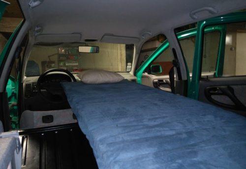 Les kit Nomad Addict permettent de transformer et aménager votre véhicule voiture ou fourgon en mini camping-car. C'est la solution idéale pour installer un lit, camper et dormir dans sa voiture ou son fourgon aménagé. Nos kits de camping pour voiture sont entièrement amovibles en quelques minutes. Le Kit Solo